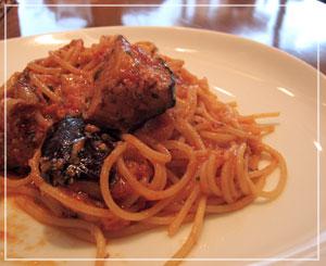 地元のイタリアンレストランで、ランチパスタ。茄子ごろごろ♪