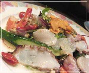 ボリュームたっぷりの魚介のミックスサラダ。凄かった凄かった。