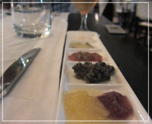 ホテル日航東京「Taronga」にて。ソースの準備も万端です。