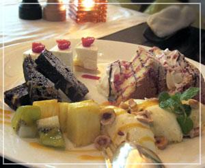 ホテル日航東京「Taronga」にて、デザートも大皿盛りで。