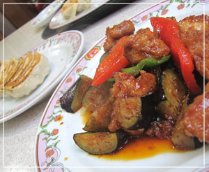 「餃子の王将」にて、茄子と鶏肉のピリ辛炒め。