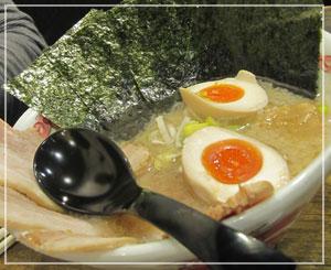 「東京背脂 福たけセブン」の醤油ラーメン、初号機トッピングつきはこんな感じ