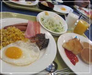 ブッフェ朝食。洋風の膳で違和感を放つ焼き鯖……。