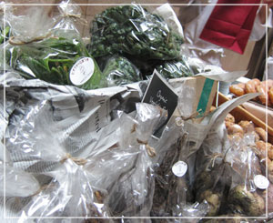 「BON ! BON ! PARC MARCHÉ」有機野菜コーナー。ものの30分ほどでほぼ完売……。