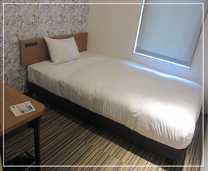 藤沢「8HOTEL」のシングルルーム。レディースルームの壁紙がかわいい。