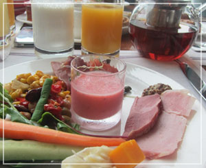コンラッド東京の朝御飯。野菜もたっぷり食べられます。豆サラダが良い感じ♪