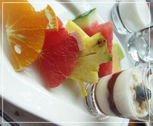 コンラッド東京の朝御飯。フルーツのカットの小技が素敵。