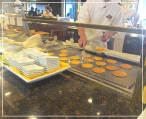 帝国ホテルの朝食ブッフェ。ミニパンケーキを次々仕上げていきますよ~。