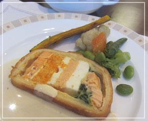 サーモンと野菜のブリオッシュ包み焼き。バイキングこういう料理は嬉しい。