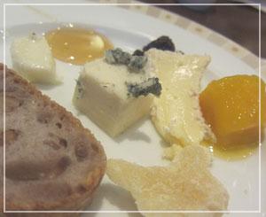 帝国ホテルのバイキング。チーズも色々。