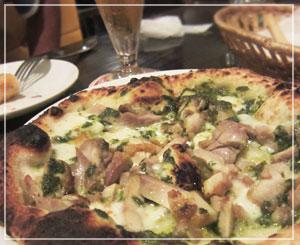 六本木「アウグスビアクラブ」にて、チキン&モッツァレラピッツァ。肉たっぷり!