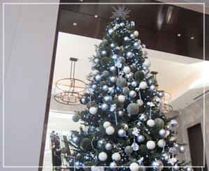 パレスホテル、ロビーフロアのクリスマスツリー。青が基調で涼しげな装い♪