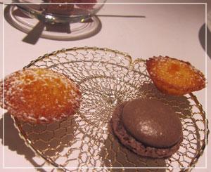 銀座「Le Chat Souriant」にて。食後のお菓子も充実です。