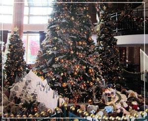ウェスティンホテル東京、ロビーフロアの巨大クリスマスツリー。