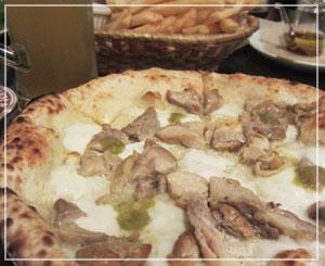 六本木「アウグスビアクラブ」にて、自家製モッツァレラ乗せチキンのピッツァ!