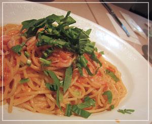 「Mamma Pasta」にて。トマトクリームのスパゲティは桜海老たっぷり♪