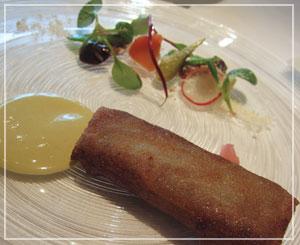 丸の内「Au gout du jour Nouvelle Ere」にて、「洋風春巻き」的前菜。
