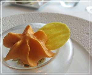 パレスホテル「CROWN」にて、アミューズ・ブーシュはパプリカのムース。