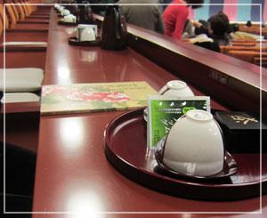 歌舞伎座、一階桟敷席。お茶セットが置いてあるのです。