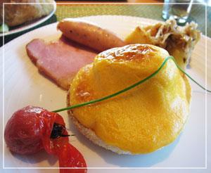 エッグベネディクト。卵の黄身の色が濃くてびっくり。