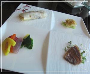 マンダリンオリエンタル東京「SENSE」にて、北京ダックつきの前菜。分量がお上品……。