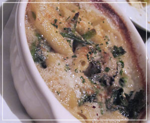 六本木「アウグスビアクラブ」にて、牡蠣とペンネのグラタン。ブルーチーズ風味♪