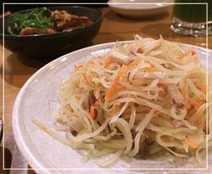 新宿「やんばる」にて、これはパパイヤイリチー。しゃきしゃきでした。