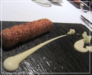 丸の内「Salt」にて、メイン料理の前の一品は、ほのかに甘い揚げポレンタ。