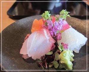 大手町「パレスホテル東京」内「和田倉」にて、お刺身は逆円錐形の不思議な器で。