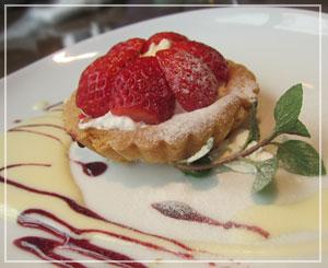 稲毛「トラットリアヴィーノ」にて、デザートの苺のタルト。