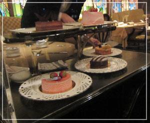 ホテルオークラ東京「La Belle Epoque」にて、デザートはワゴンから好きなものを。