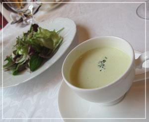 銀座「資生堂パーラー」にて、セットのスープとサラダ。テーブルクロスもオリジナル柄。