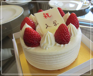お部屋でケーキ。無料サービスとは思えないこの豪華なサイズ(しかもすごく美味しい♪)