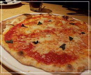 千葉「ベッラベーラ」にて、薄焼きピッツァのマルゲリータ。