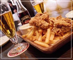 六本木「August Beer Club」にて、アンバーラガー飲み飲み、ポテトとフライドチキン♪