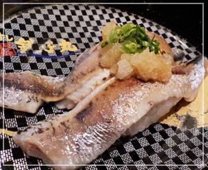 「銚子丸」にてイワシの炙り。脂のりのり。