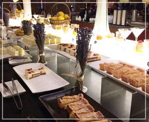 ヒルトン東京「夏のストーン・フルーツ デザートフェア」、ラベンダーがたくさん飾られていました。