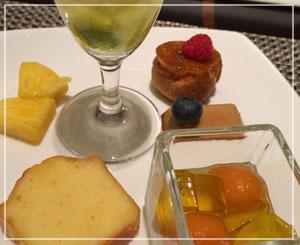 ヒルトン東京デザートブッフェにて、失速しつつもまだ食べる。
