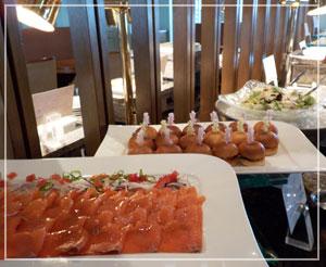 帝国ホテル「ハレクラニ ランチブフェ」にて。ハンバーガー風サンドイッチが可愛い!