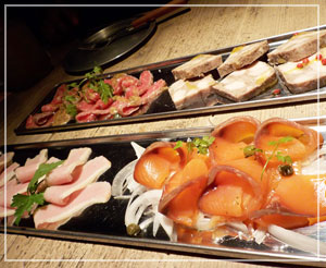 淡路町「NIKU&BAR HANGOUT」にて、前菜盛り合わせ。パテが美味しかったなぁ。