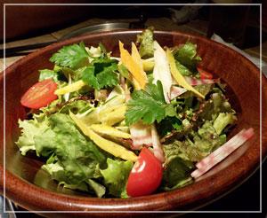 淡路町「NIKU&BAR HANGOUT」にて、鎌倉野菜のグリーンサラダ。人参たっぷり。
