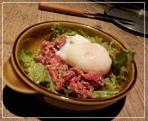淡路町「NIKU&BAR HANGOUT」にて、ユッケな感じでいただけたタルタルステーキ。うま!