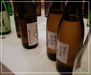 「第6回 岐阜の地酒に酔う」にて。中央テーブルには各蔵の仕込み水がいっぱい。