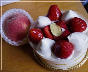 「神戸屋ダイニング」で受け取ってきたケーキと桃♪