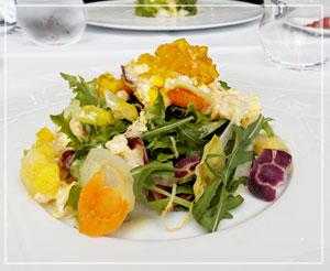 「アルカナ東京 KARATO」にて、夏の色合いの前菜は、サフランのジュレと卵のドレッシングで。