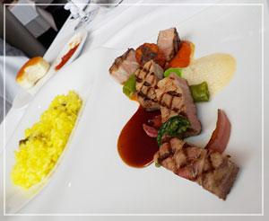 「アルカナ東京 KARATO」にて、メインディッシュは低温でグリルした豚肉。