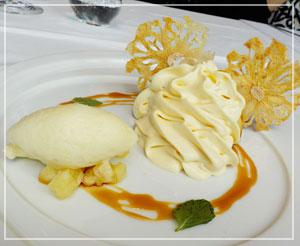 「アルカナ東京 KARATO」にて、ひまわりみたいなトロピカルフルーツのデザート。