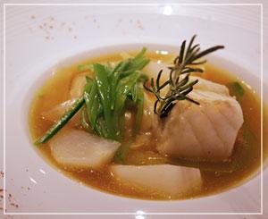 代官山「メゾン ポール・ボキューズ」にて、エスニックな香りの魚の前菜。