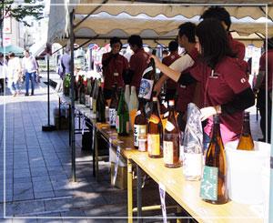 「秋空日本酒BAR」にて。すてきな日本酒がずらーり。