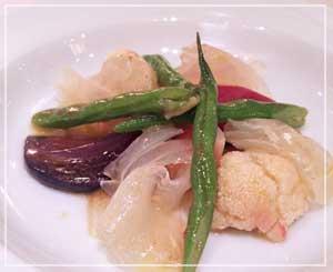 表参道「ビストロブノワ」にて、肉厚の真鯛を前菜に。